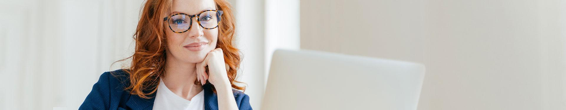banner kontakt - kobieta patrząca na laptop